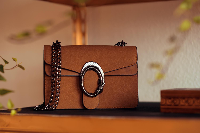 Low Budget Regal Tasche als Dekoration