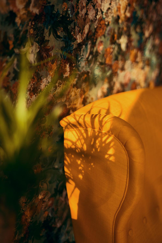 Wohnzimmer mit Floraler Tapete