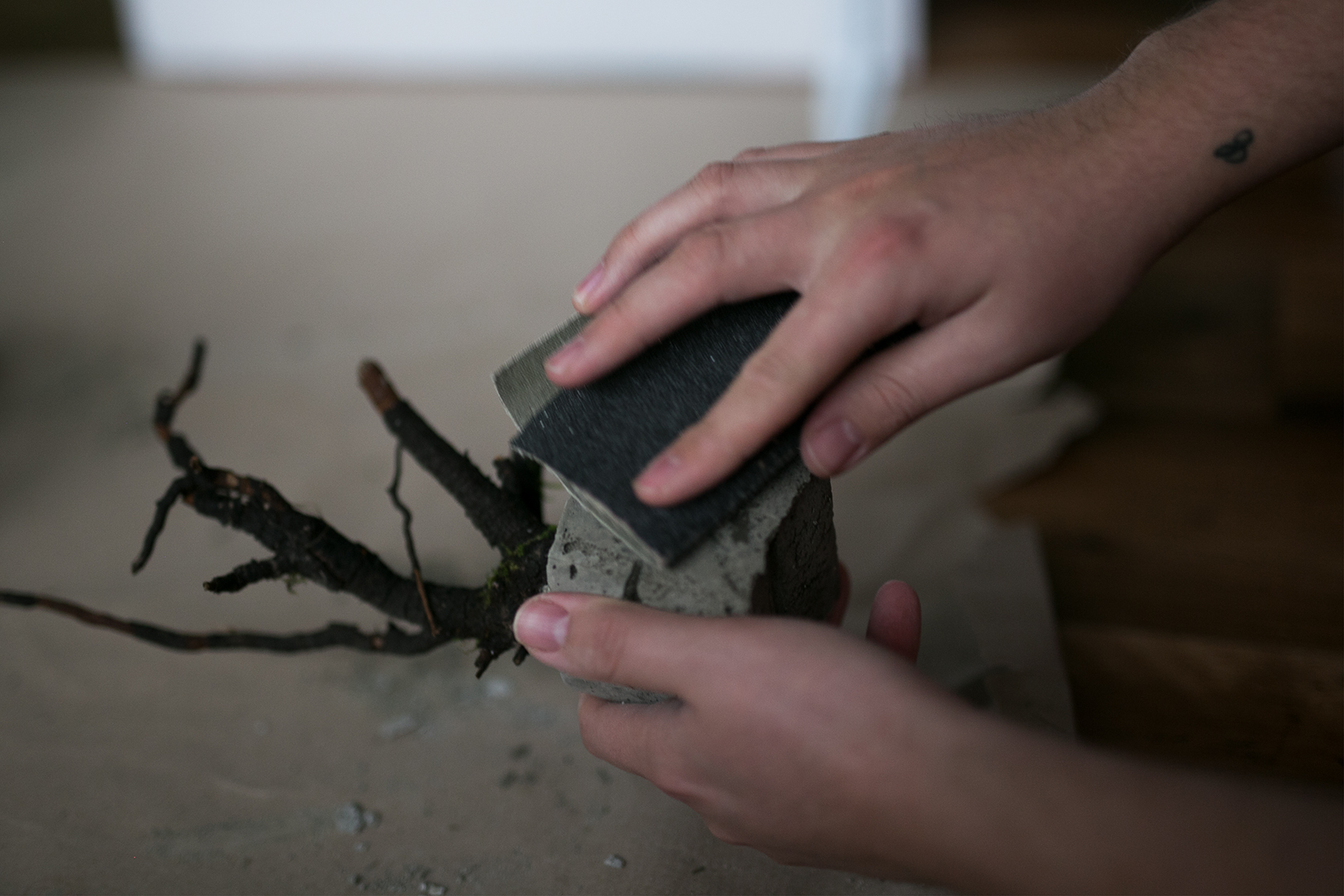 Beton Baum DIY Projekt abfeilen
