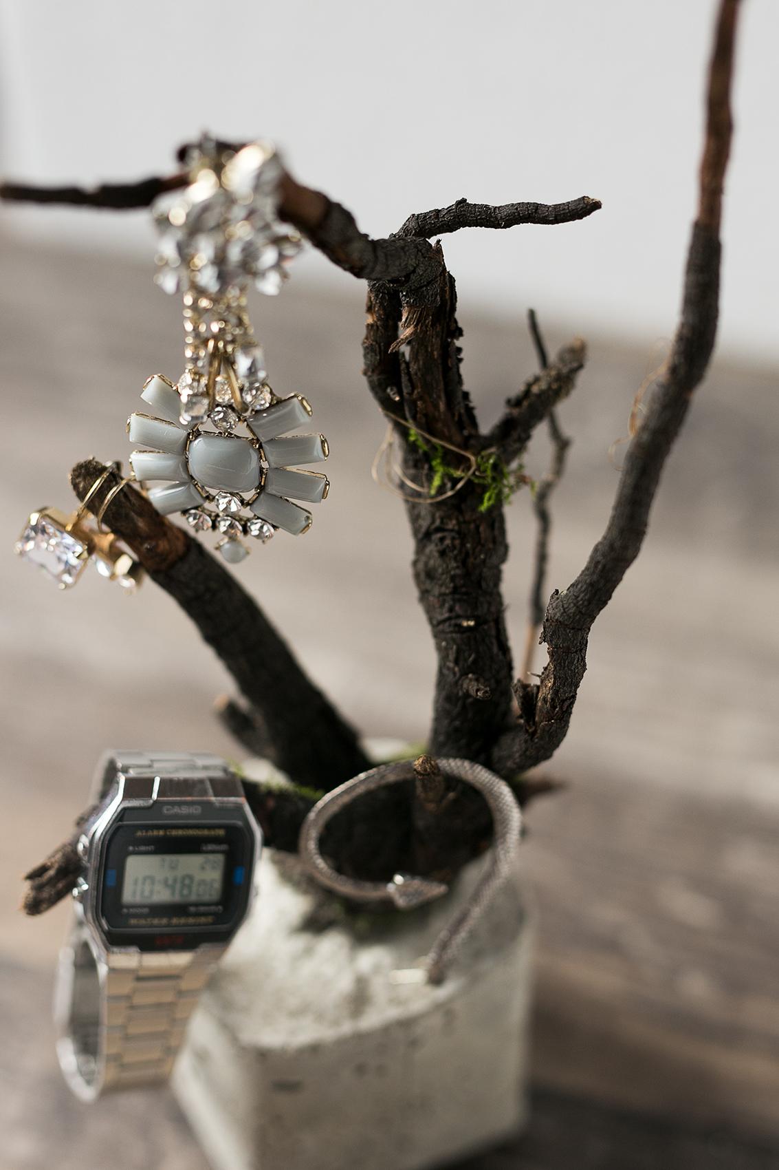 Beton Baum DIY Projekt mit Ohrringen und Uhr