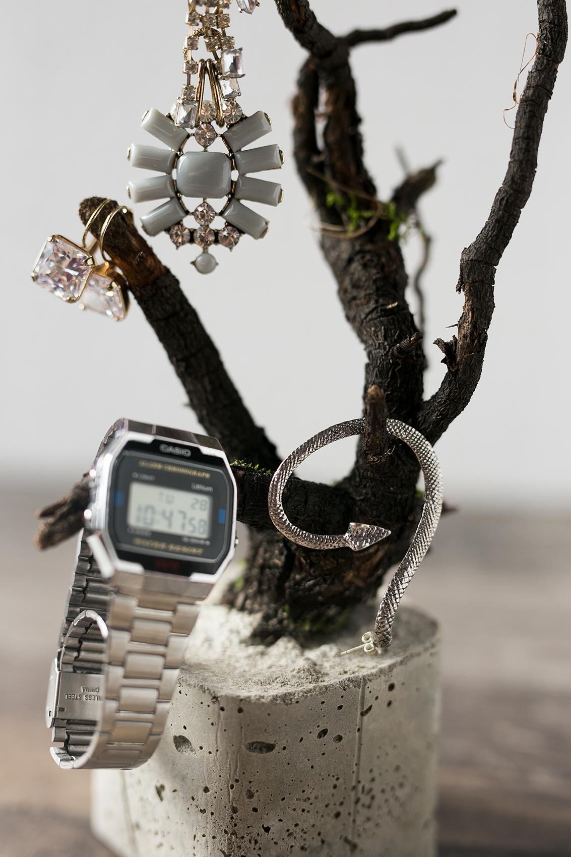 Beton Baum DIY Projekt mit Schmuck dekoriert