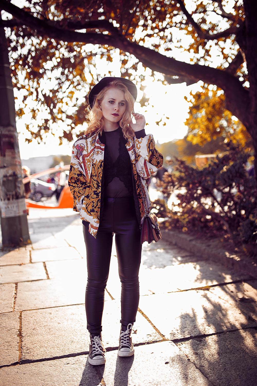 Herbst Outfit Vintage Bomberjacke Chucks Hut und Lederhose