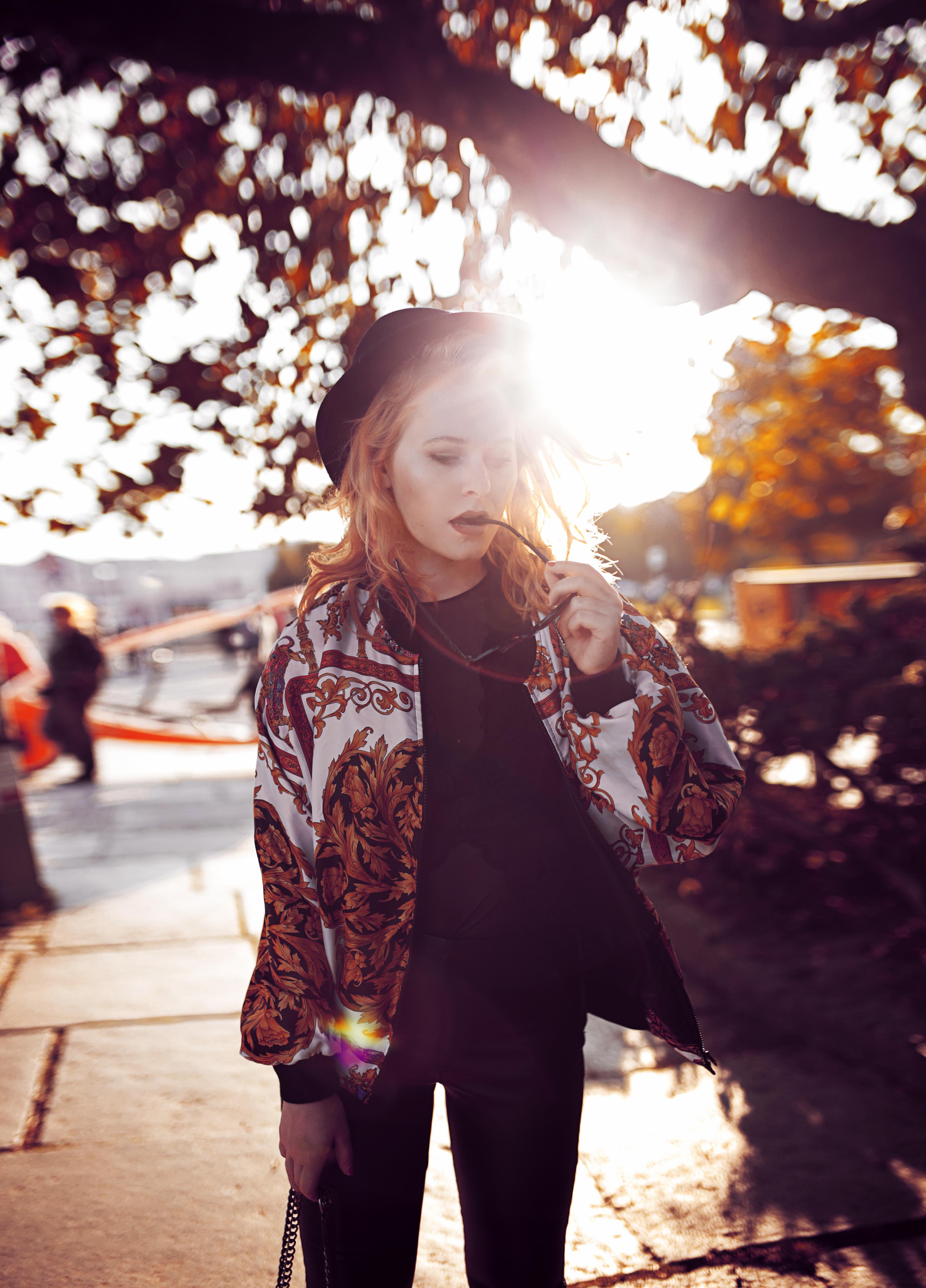 Herbst Outfit Vintage Bomberjacke Hut und Chucks Christina Key
