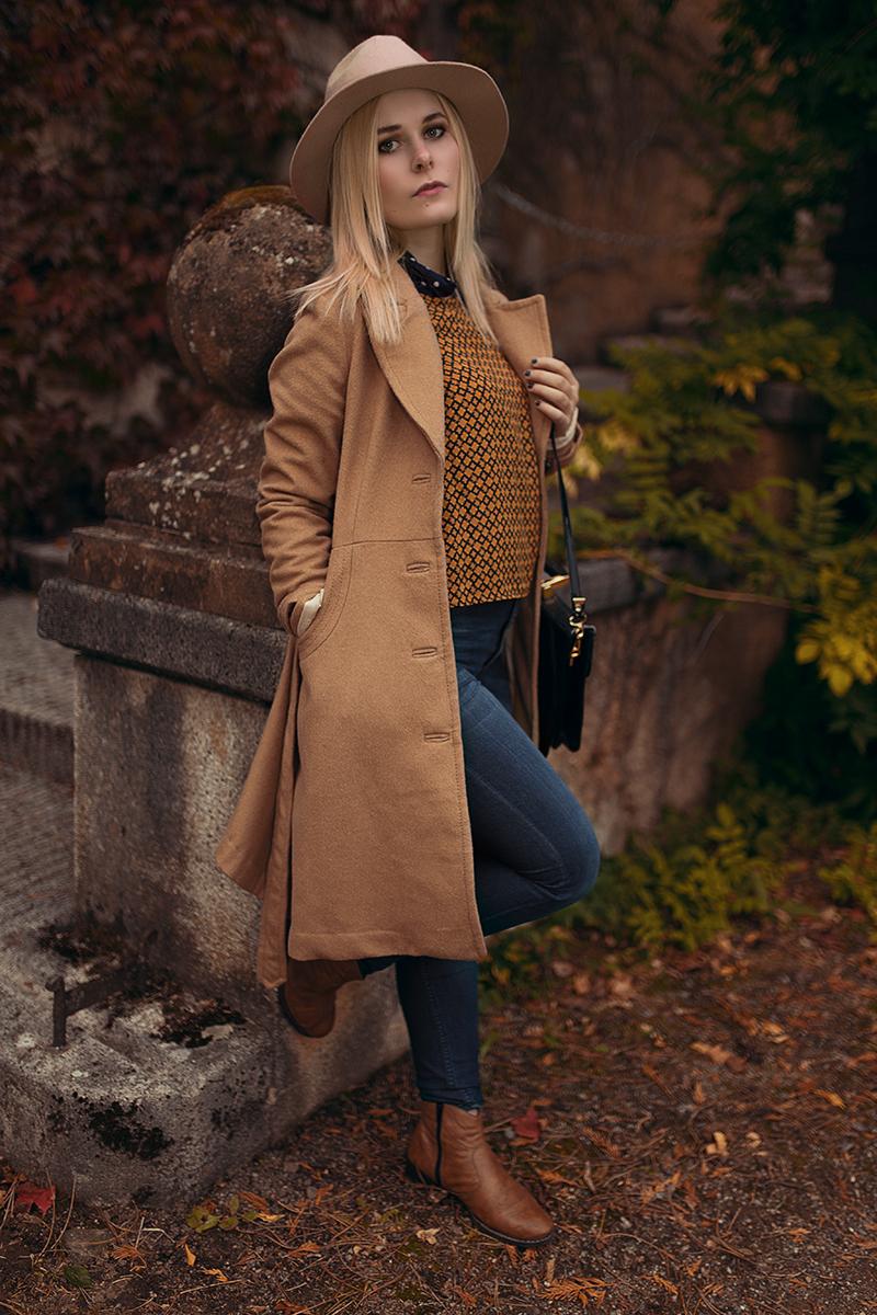 Herbst Outfit brauner Mantel Hut und Retro Bluse
