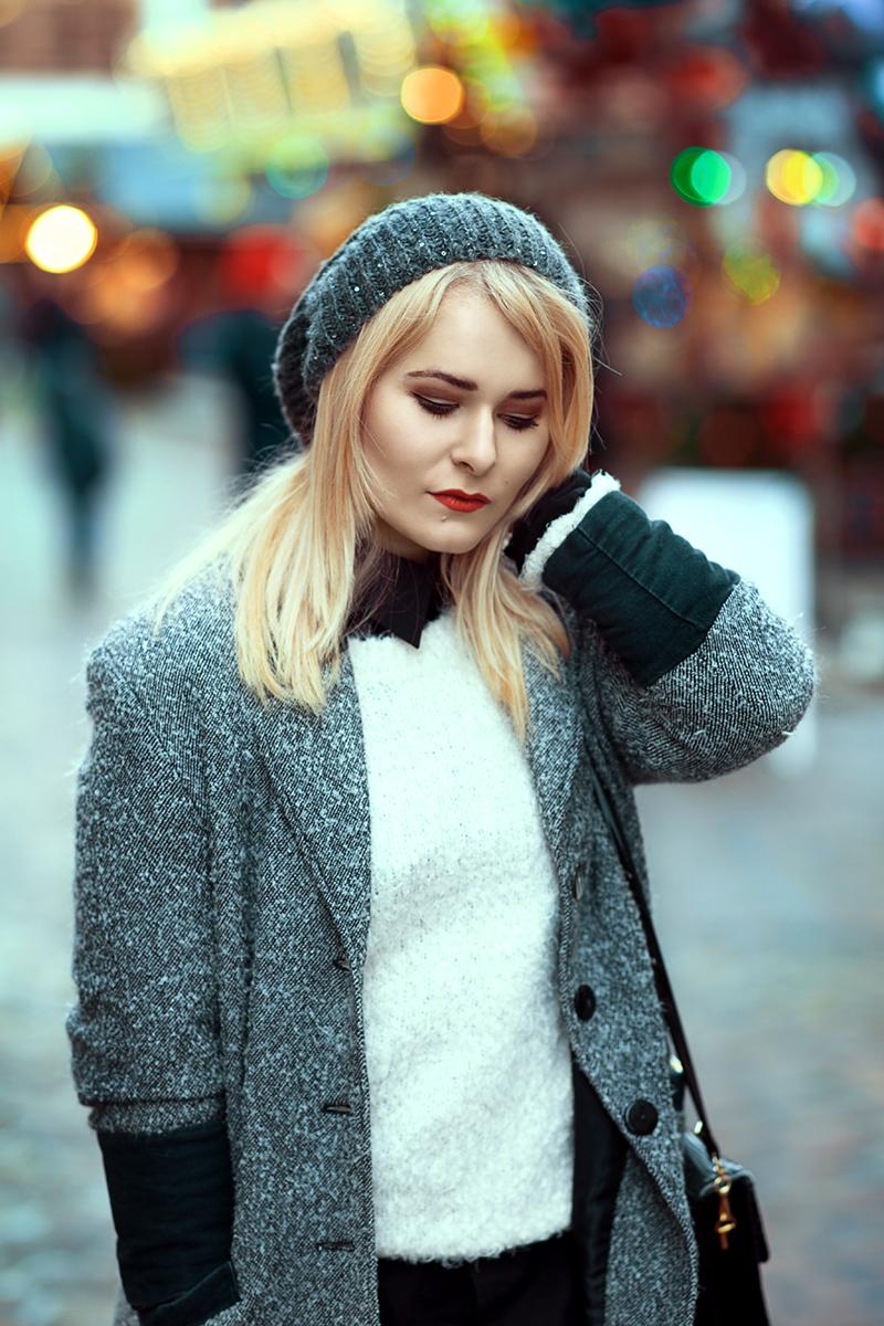 Herbst Outfit weißer Pullover Mütze grauer Mantel