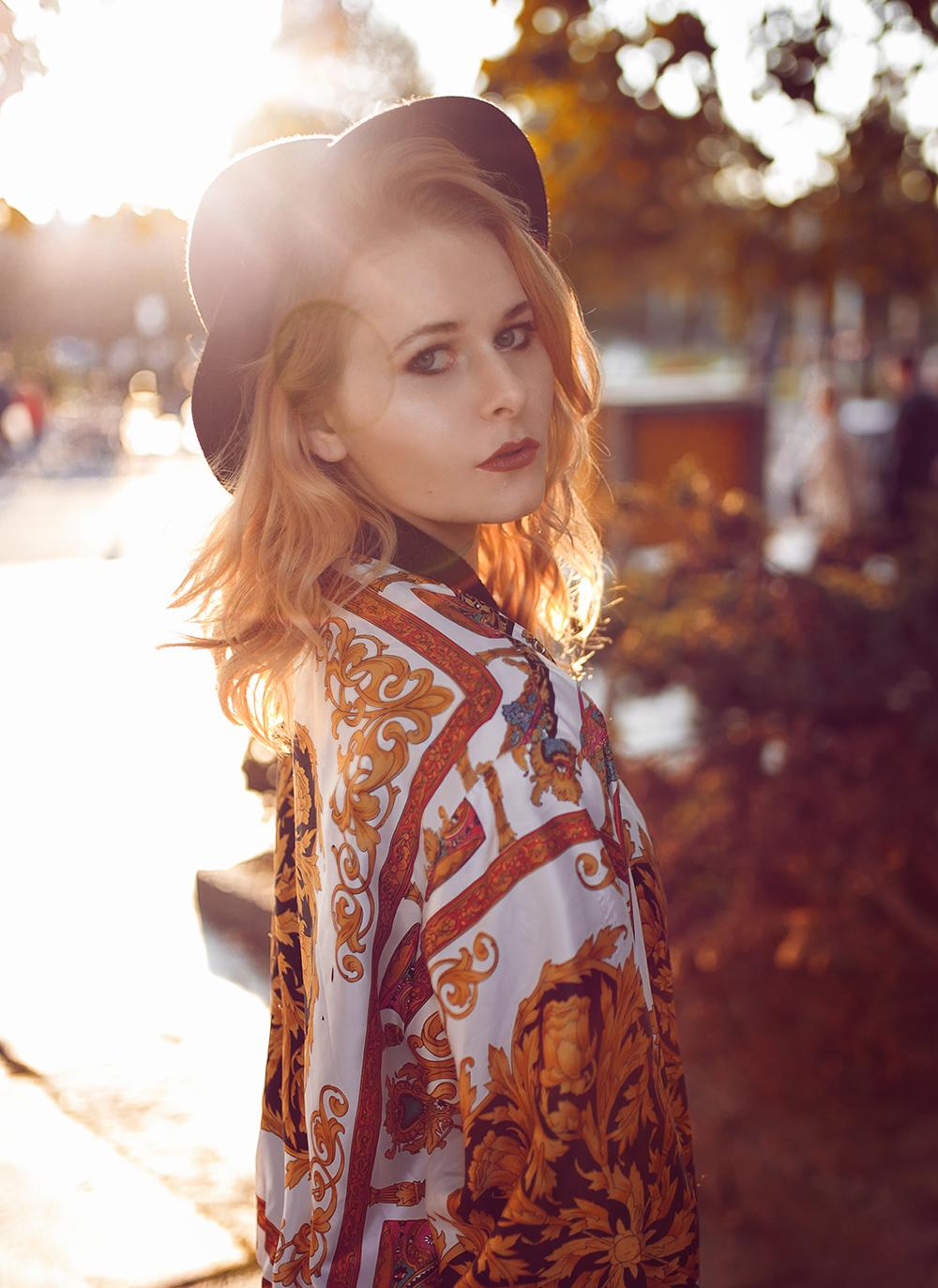 Herst Outfit Versace Vintage Bomberjacke Hut und Chucks