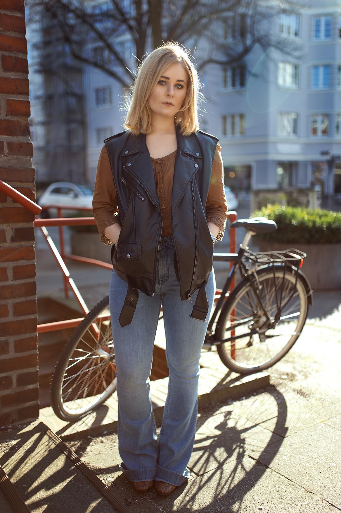 High waist Jeans und Lederweste Herbst Outfit