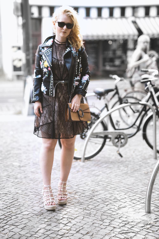 Kleid aus Spitze kombiniert zu Lederjacke