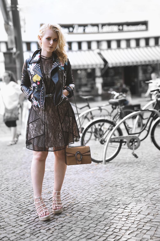 Kleid mit Lederjacke