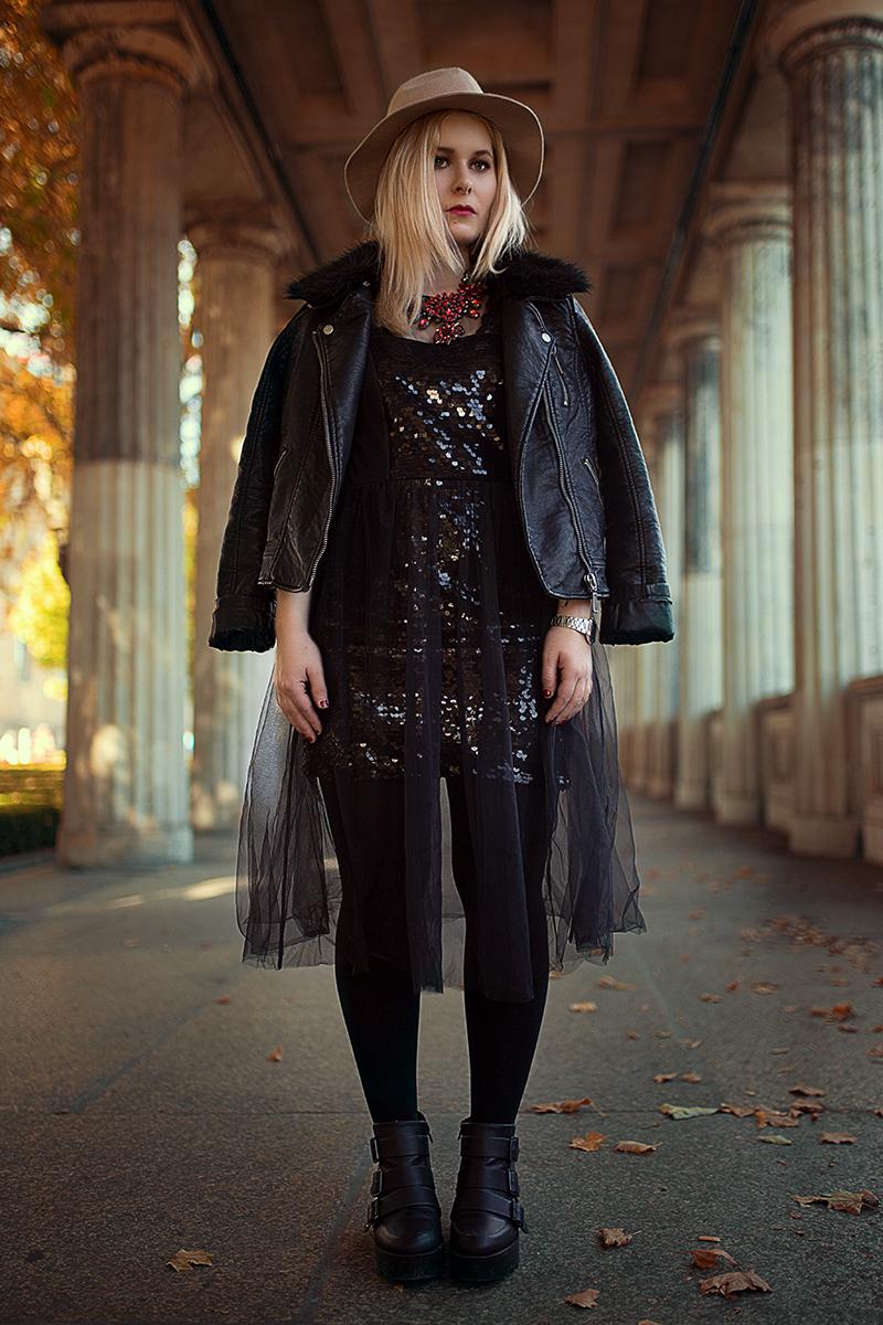 Pailletten Kleid Lederjacke Outfit