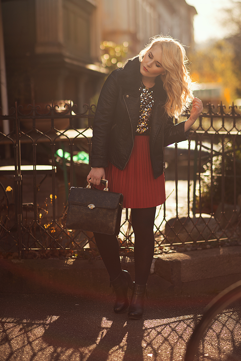 Roter Plisseerock Outfit
