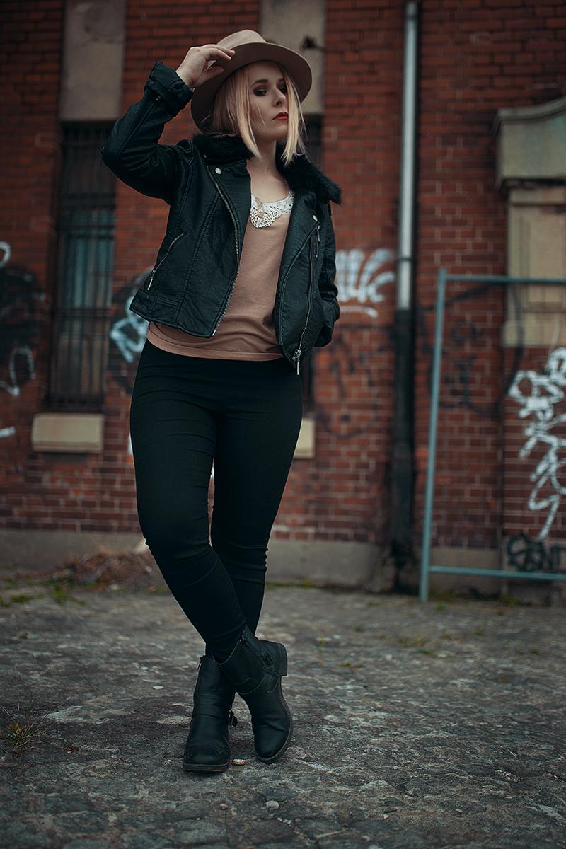 Schwarze Hose Lederjacke Hut Outfit