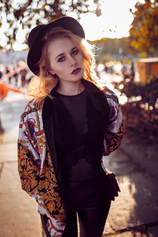 Vintage Bomberjacke Hut und Chucks Herbst Outfit Christina Key Portrait