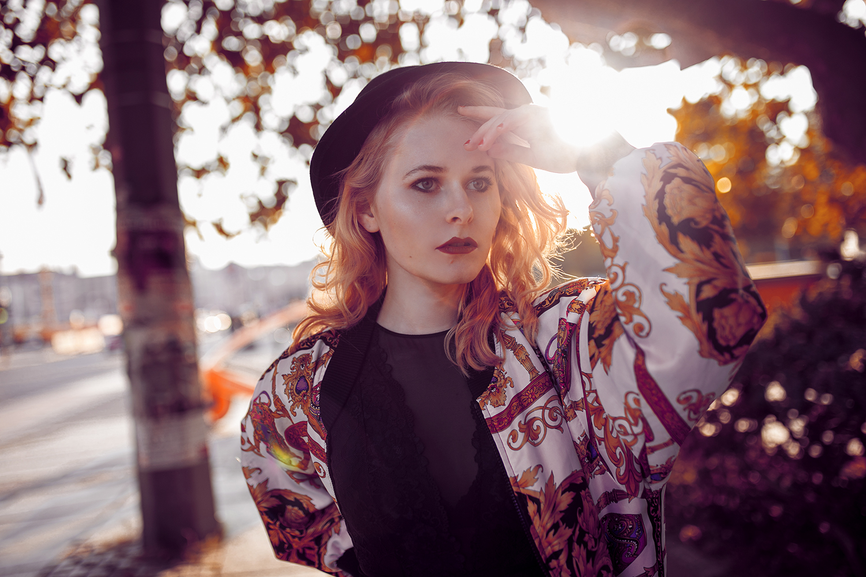 Vintage Bomberjacke kombiniert mit Hut und Chucks Herbst Outfit