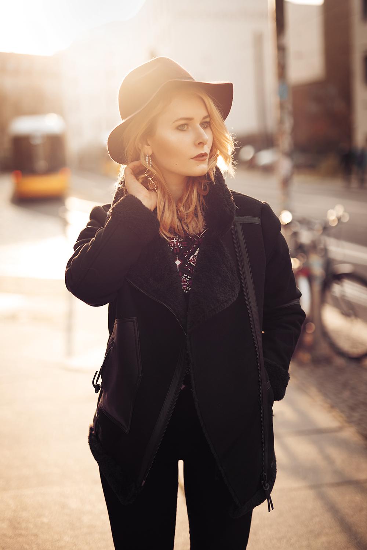 Damen Outfit mit Winterjacke in schwarz und Hut