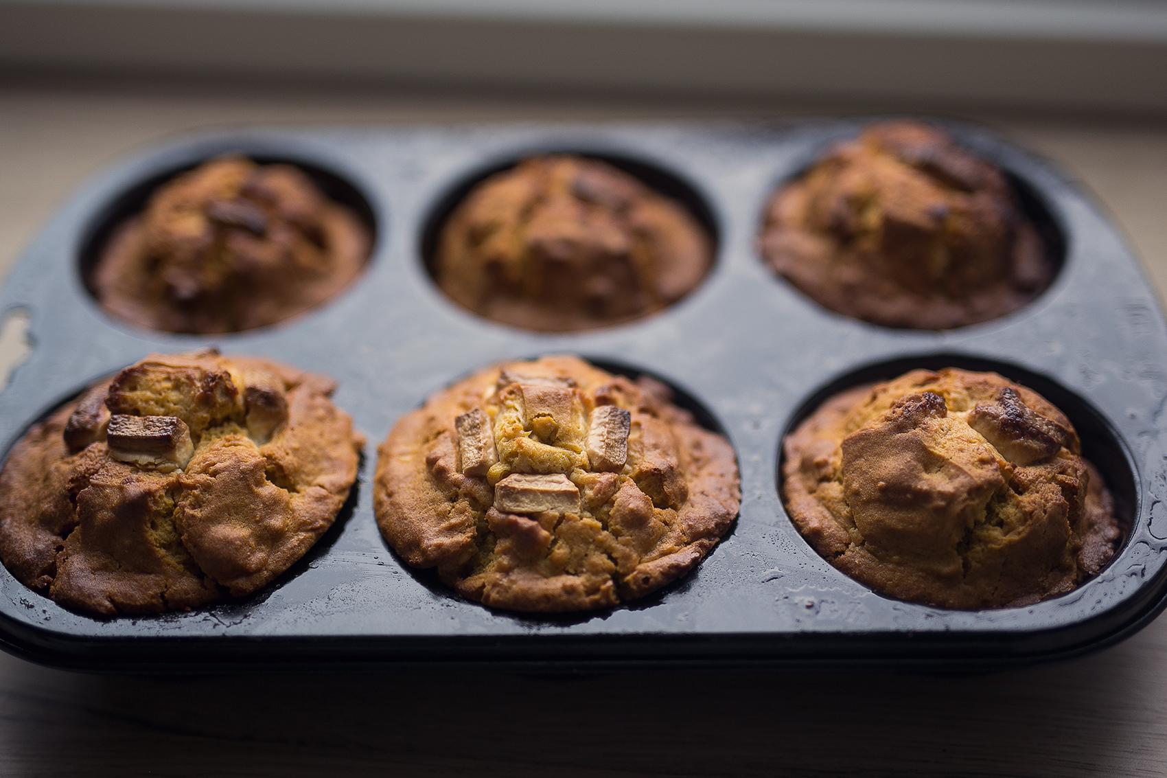 Frisch gebackene Kürbis Muffins mit weißer Schokolade