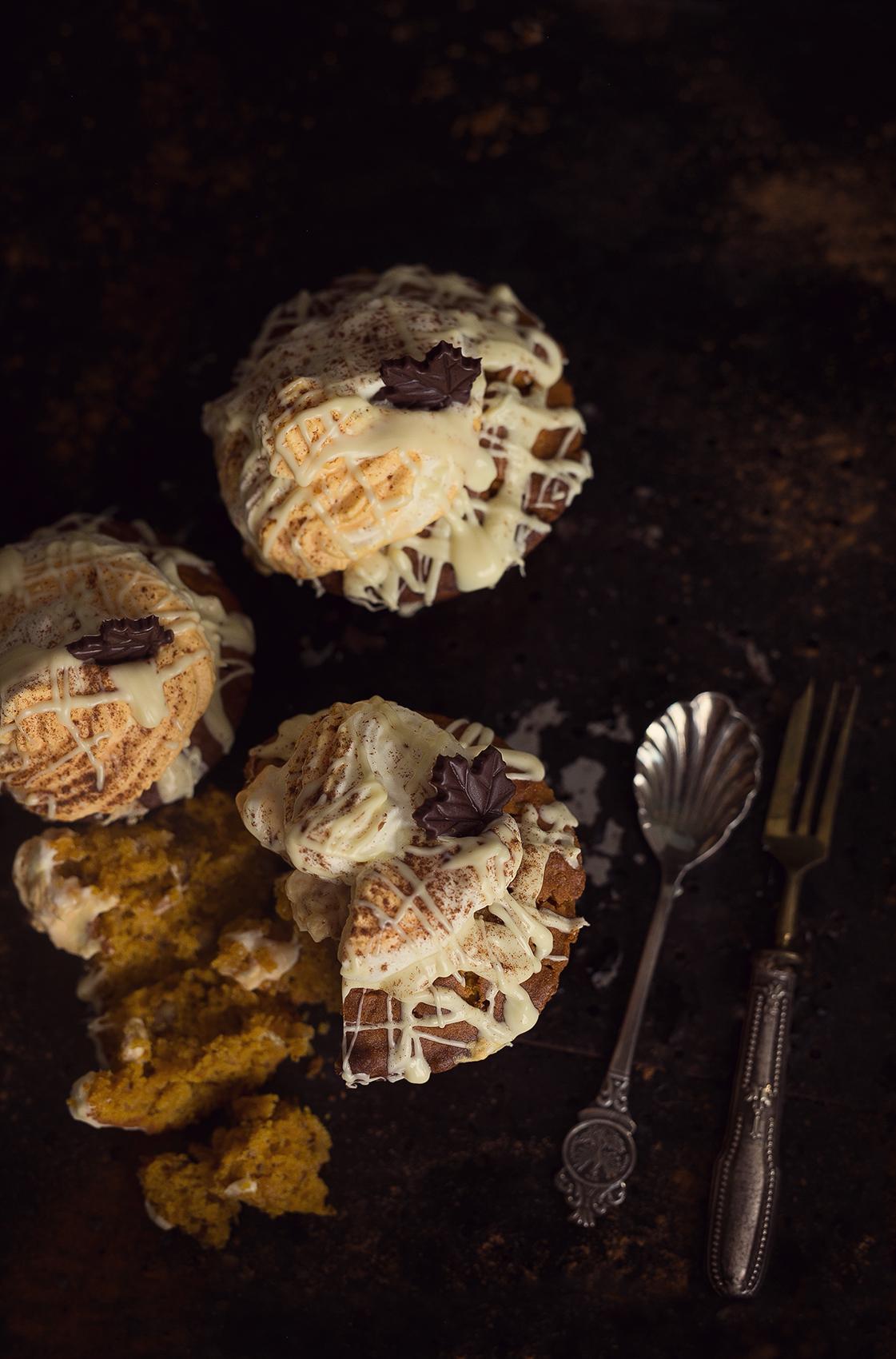 Kürbis Muffins mit weißer Schokolade und Nüssen