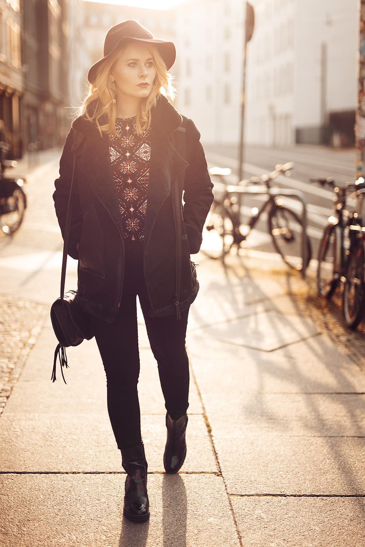 Outfit mit schwarzer Winterjacke von Superdry