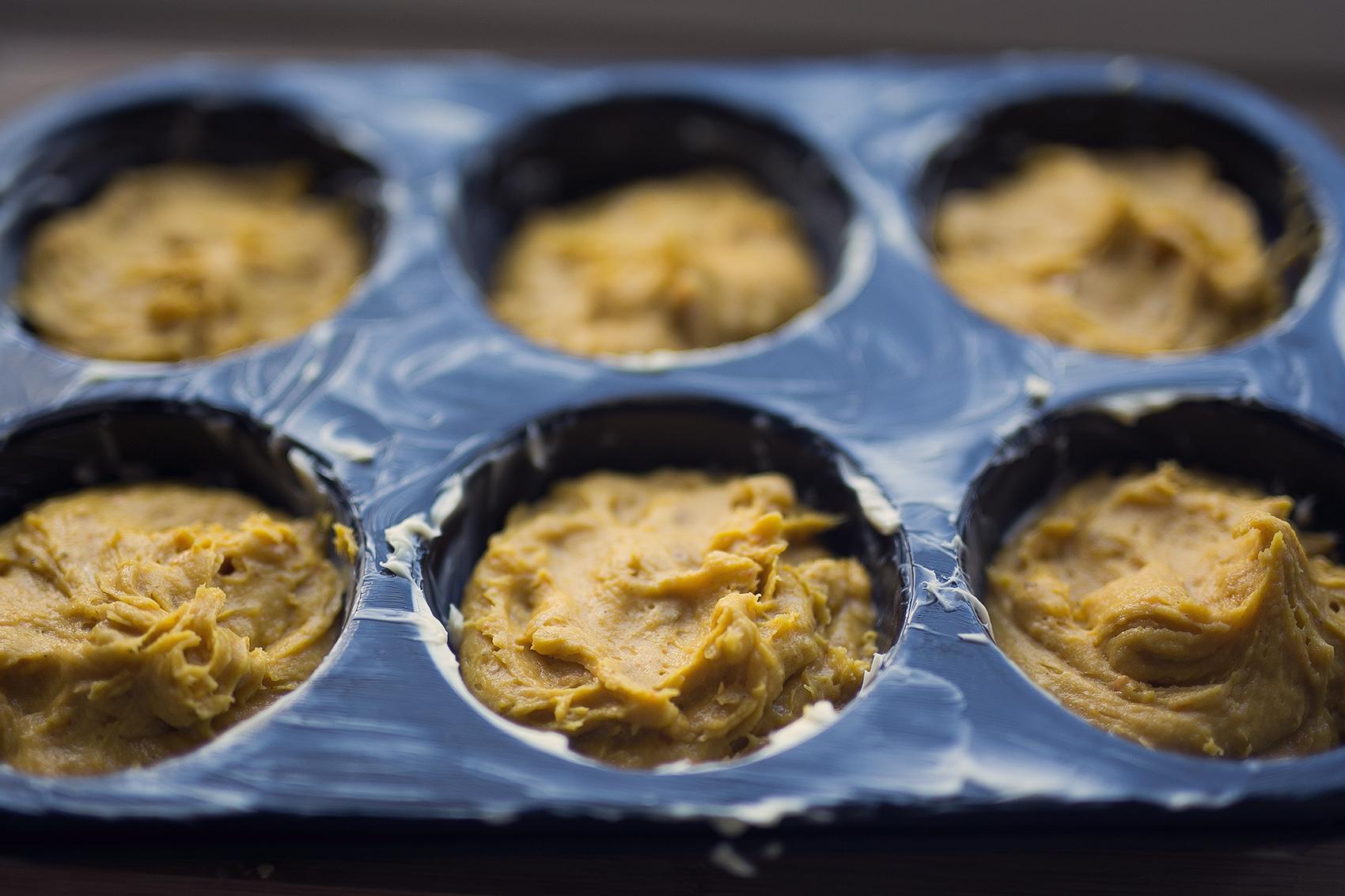 Selbstgemachter Kürbis Teig für Muffins mit weißer Schokolade