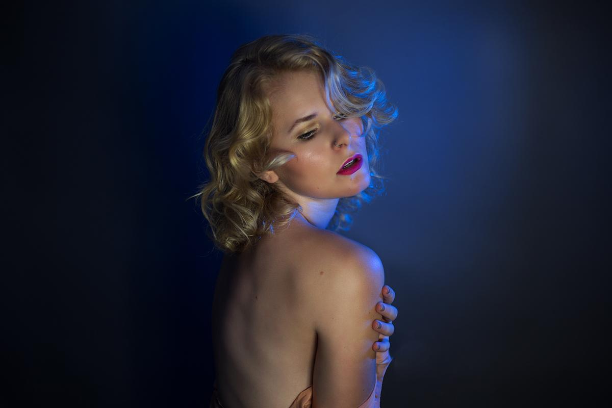 Selbstportrait mit buntem Licht