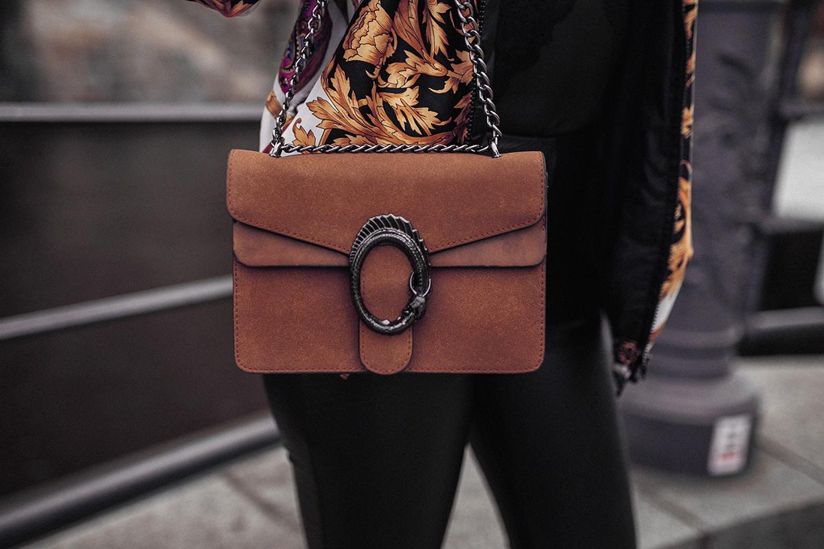 Braune Tasche kombiniert mit Lederhos