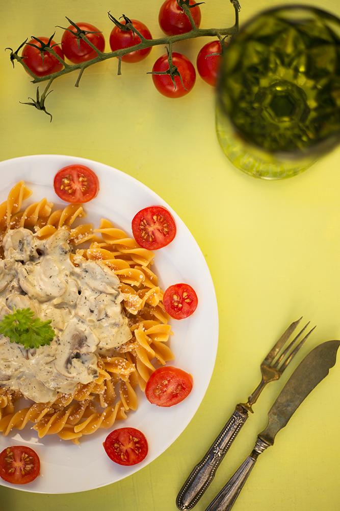 Fertige Nudeln mit Weißwein-Pilz-Sauce und Bree Wine
