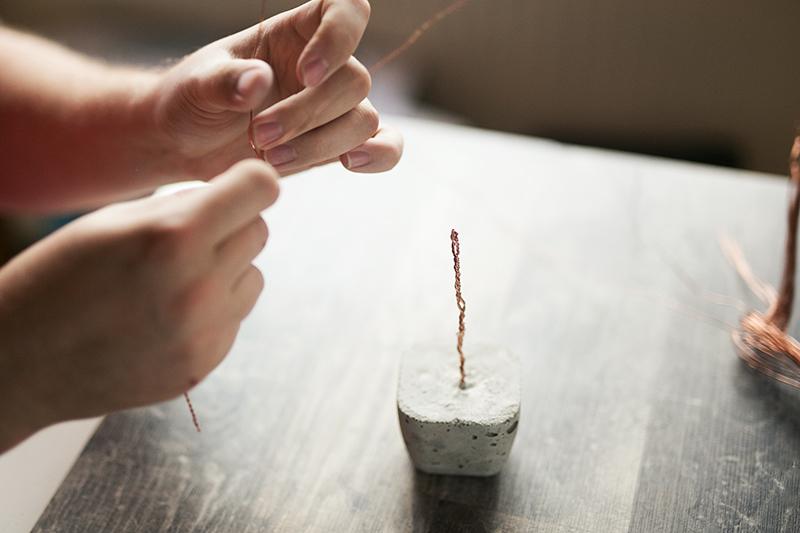 Kupfer Draht an Beton Baum anbringen