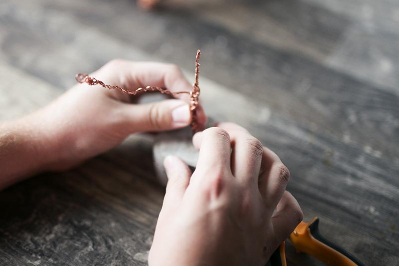 Kupfer Draht mit Zange biegen für Beton Baum