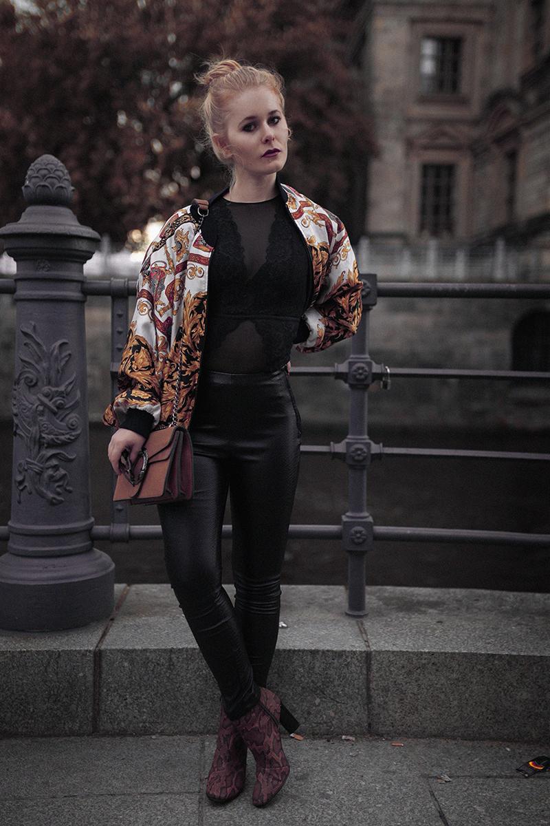 Lederhose und Bomberjacke Outfit für Damen