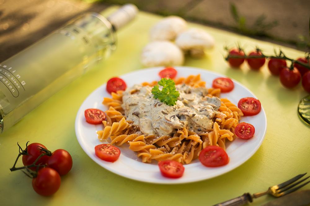 Nudeln mit Weißwein-Pilz-Sauce und Bree Wein Rezept garniert mit Petersilie