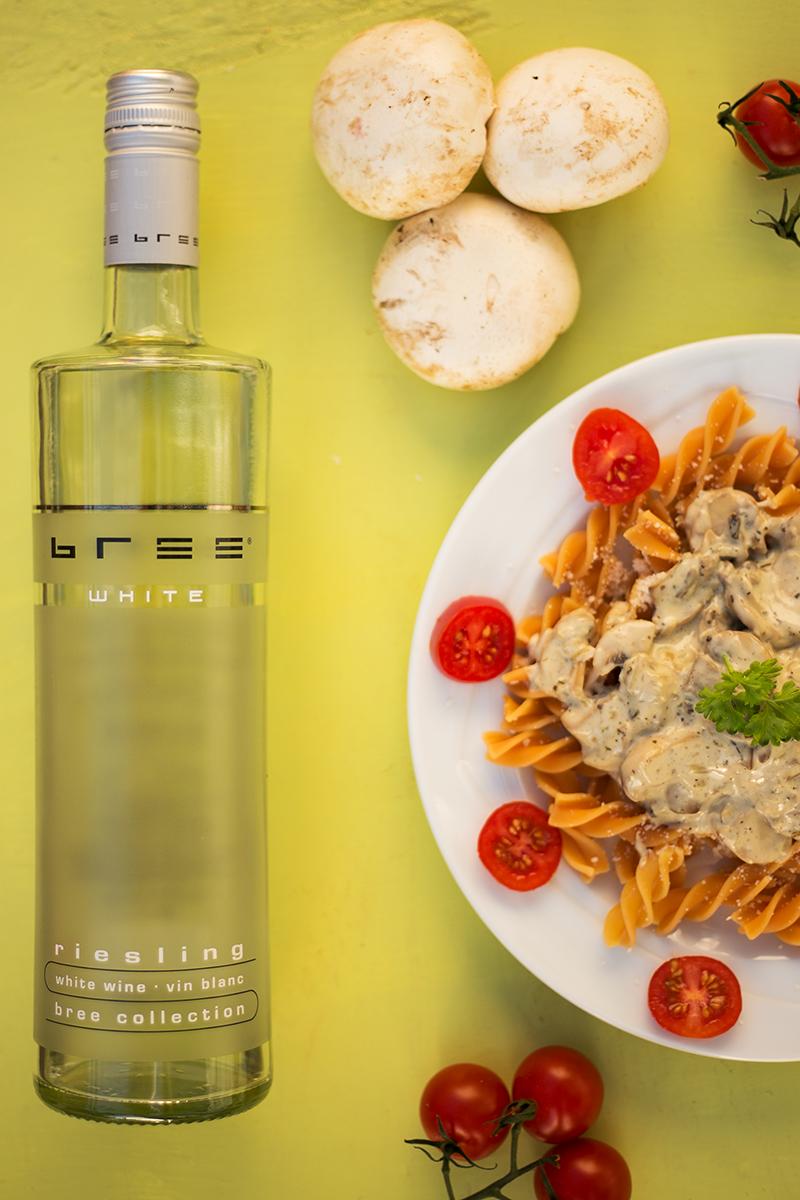 Nudeln mit Weißwein-Pilz-Sauce und Bree Wein