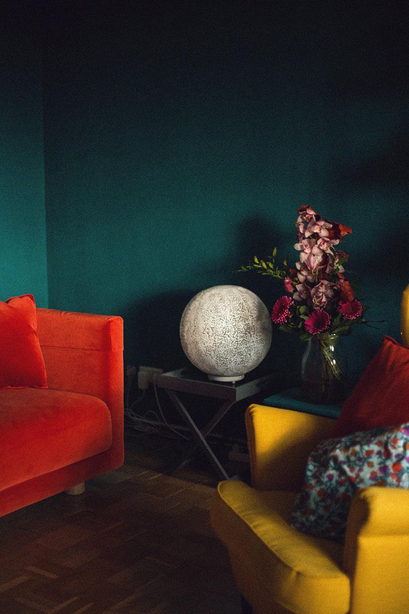 Rotes Samt Sofa Gelber Ohrensessel und Weiße Tischleuchte in Kugelform
