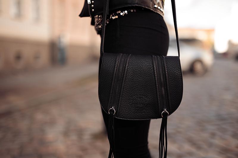 Fransen Tasche kombiniert zu Pailletten Oberteil und Jeans