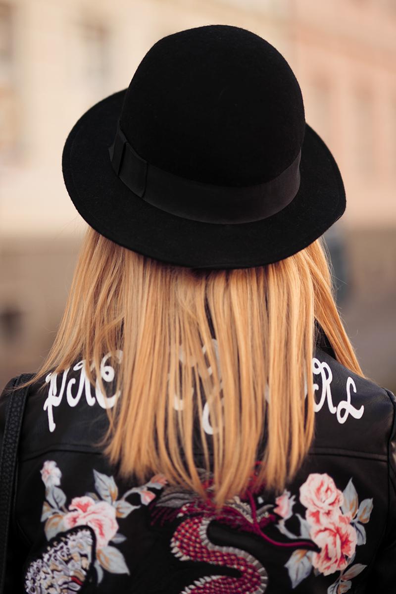 Lederjacke mit Patches und Hut zu Pailletten Oberteil