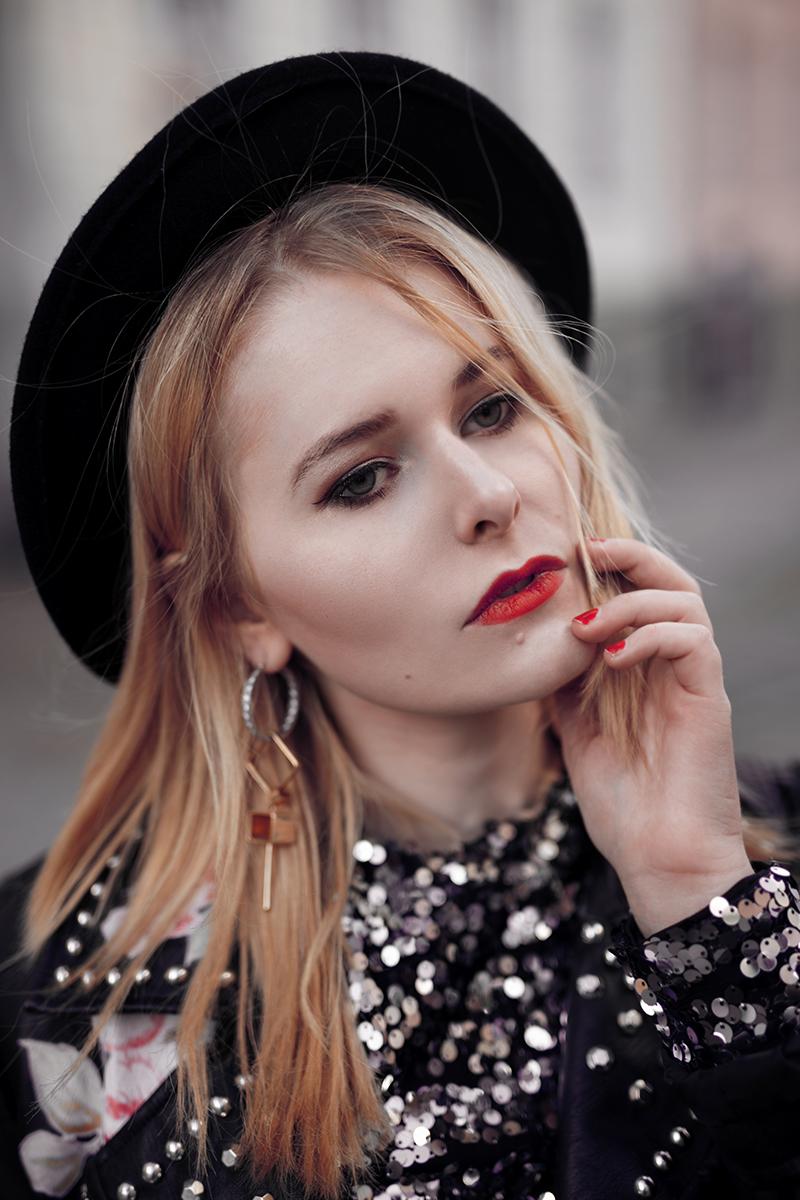 Pailletten Oberteil kombiniert mit Hut und rotem Lippenstift