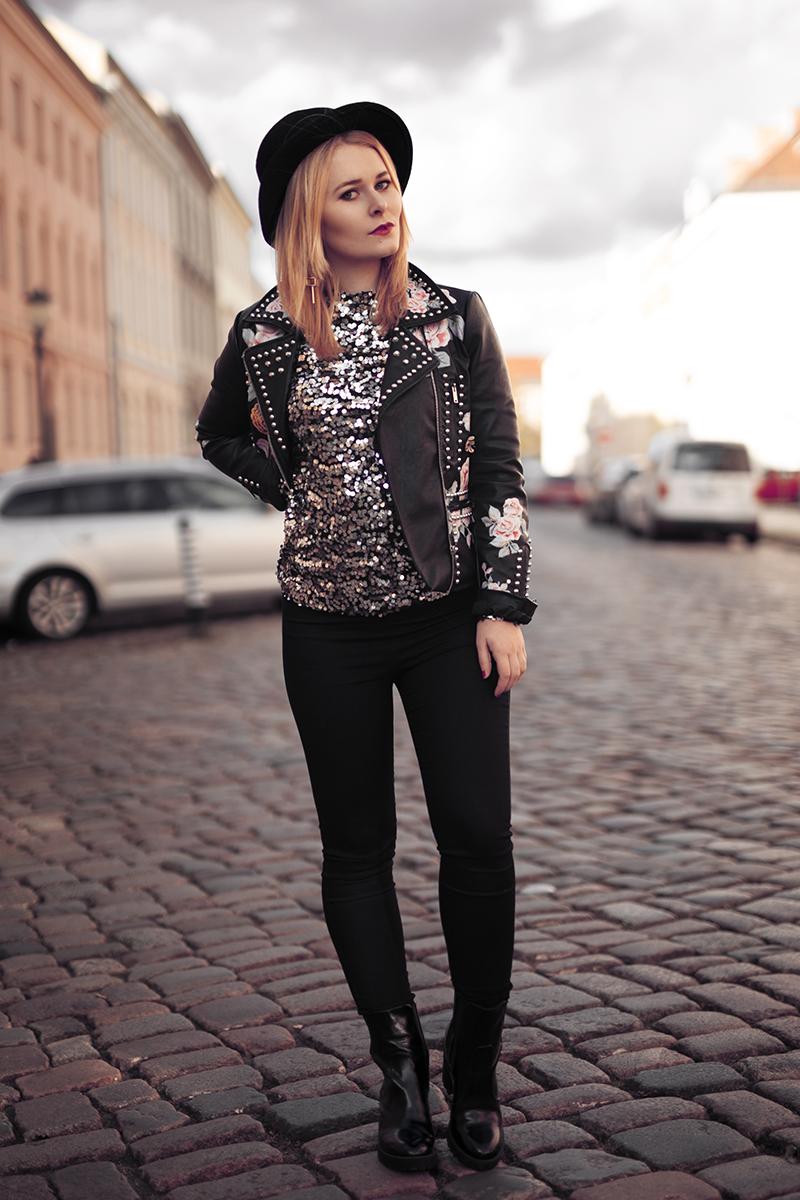 Pailletten Oberteil kombiniert mit Jeans und Lederjacke Outfit