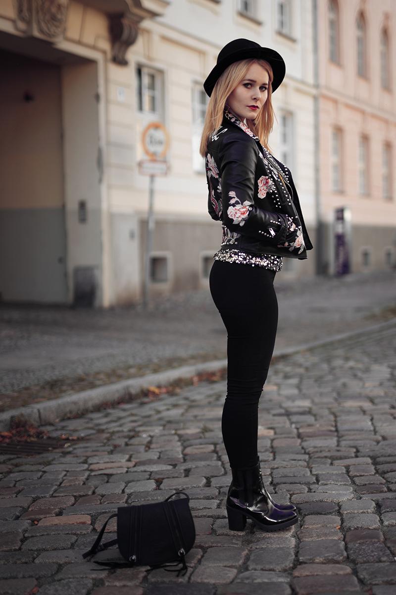 Pailletten Oberteil kombiniert mit Jeans und Lederjacke mit Patches