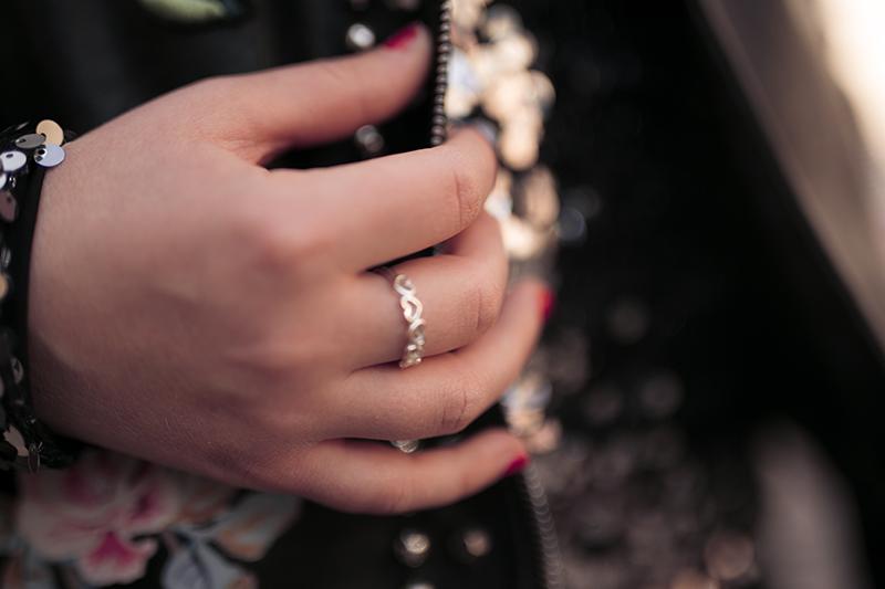 Silberner Ring kombiniert zu Outfit mit Pailletten