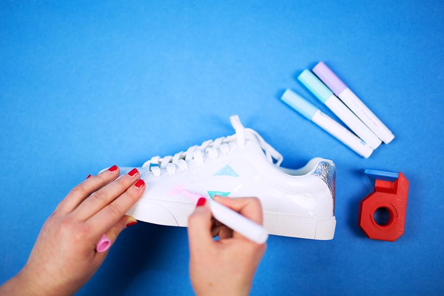 Diy Pastell Schuhe mit Holo Effekt selbst gemacht Dreiecke malen