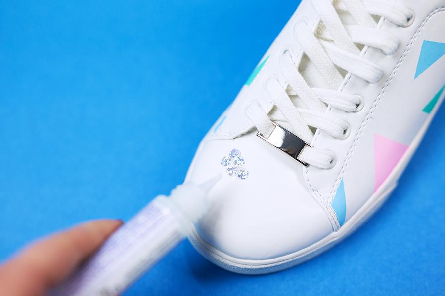 Diy Pastell Schuhe mit Holo Effekt selbst gemacht Kleber auftragen