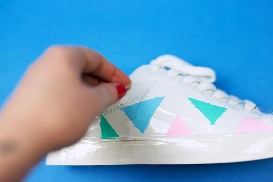 Diy Pastell Schuhe mit Holo Effekt selbst gemacht Klebestreifen lösen