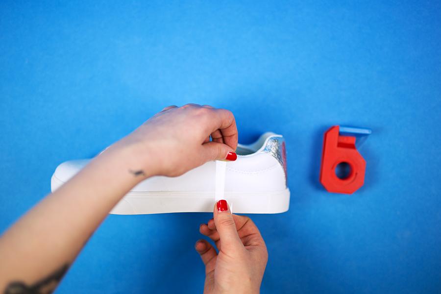 Diy Pastell Schuhe mit Holo Effekt selbst gemacht Klebestreifen