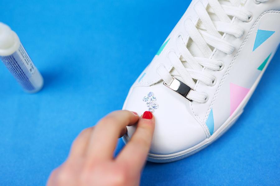 Diy Pastell Schuhe mit Holo Effekt selbst gemacht Kreise aufkleben