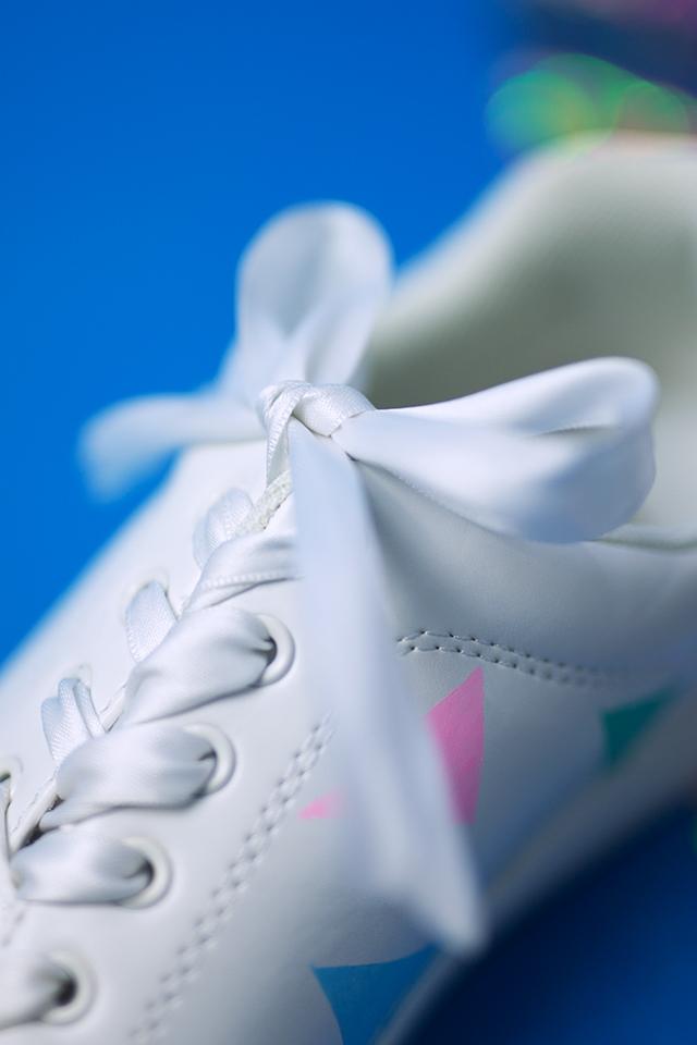 Diy Pastell Schuhe mit Holo Effekt selbst gemacht Schleife