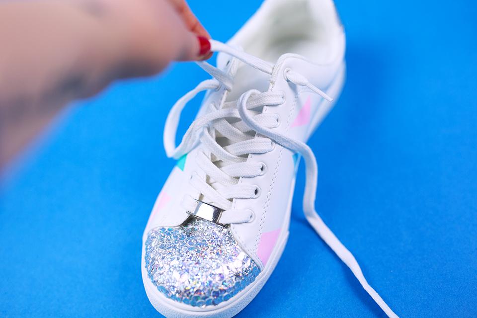 Diy Pastell Schuhe mit Holo Effekt selbst gemacht Schnürsenkel entfernen