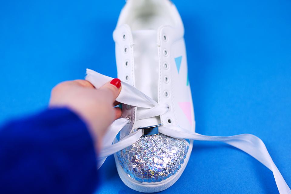 Diy Pastell Schuhe mit Holo Effekt selbst gemacht Schnürsenkel