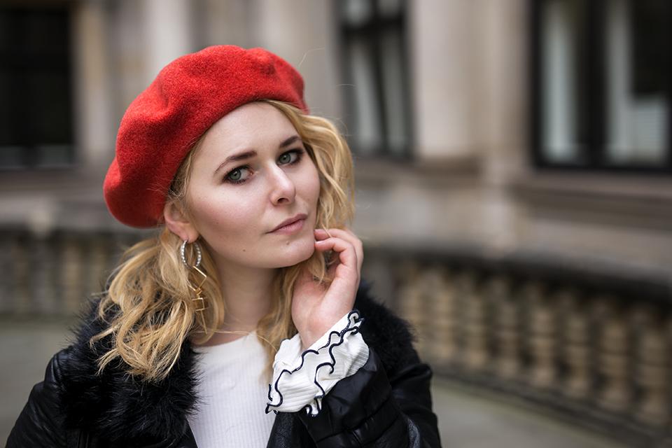 Damen Outfit mit Lederjacke und roter Baskenmütze Christina Key