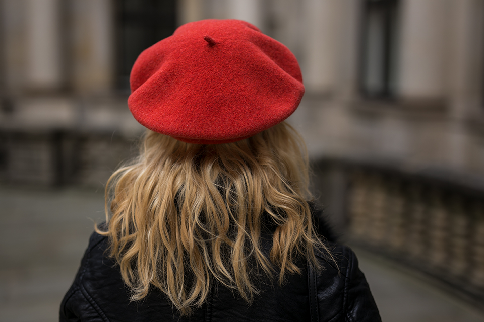 Damen Outfit mit Lederjacke und roter Baskenmütze Foto s