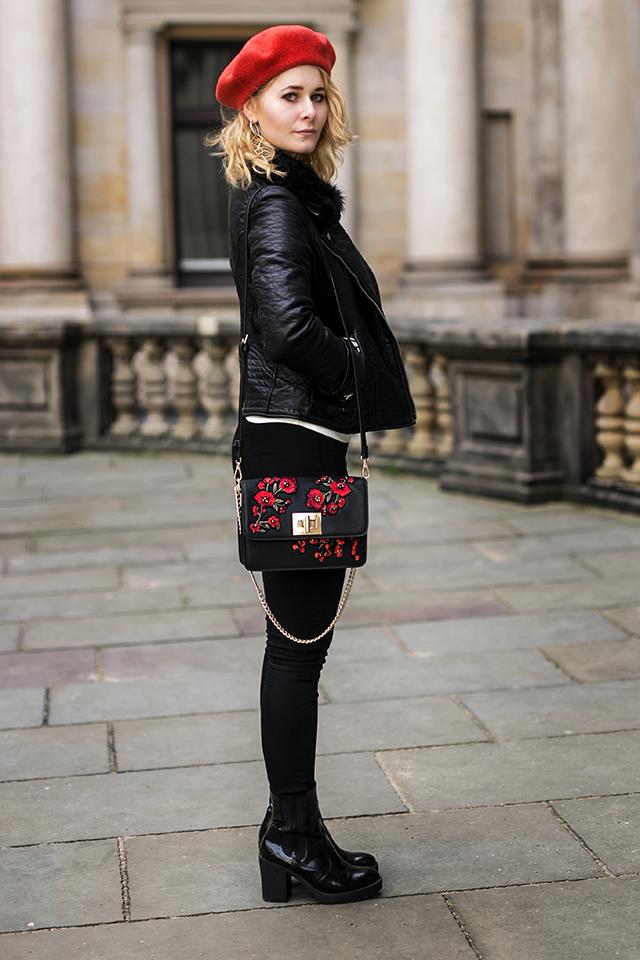 Damen Outfit mit Lederjacke und roter Baskenmütze Kombination