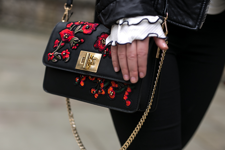 Damen Outfit mit Lederjacke und roter Baskenmütze Tasche mit Stickereien